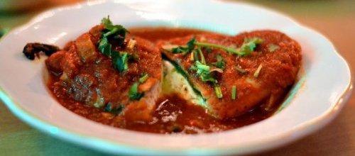 Atún encebollado en salsa roja