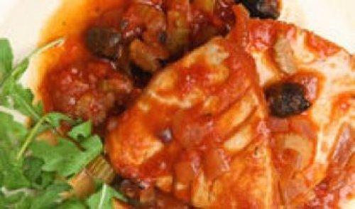 Atún encebollado en salsa romesco